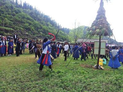 """镇宁举办第八届""""夜郎竹王节"""" 杀牛祭""""孟获王"""""""