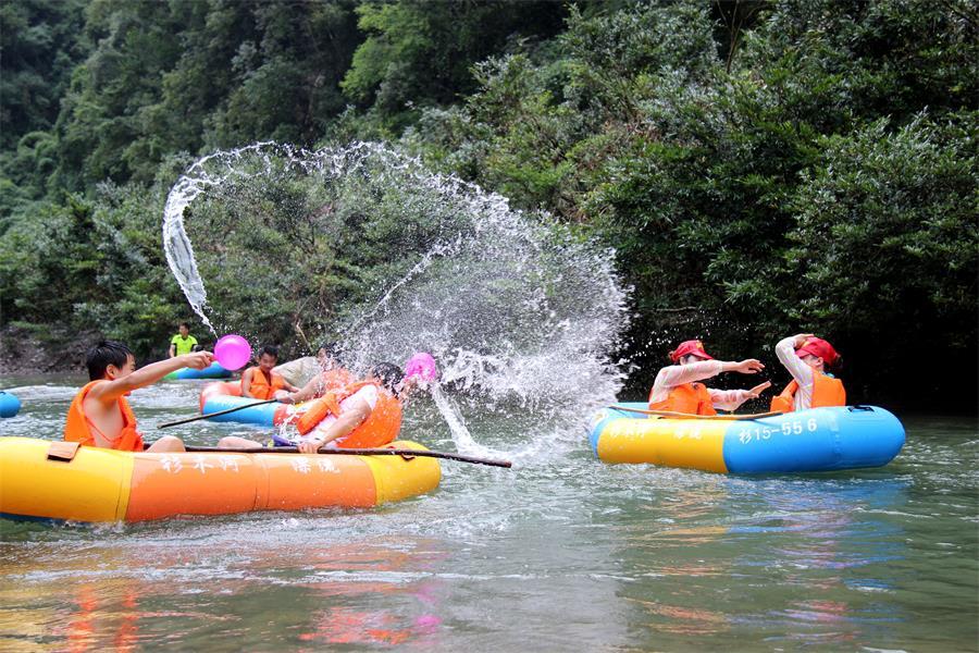 施秉:杉木河清凉游客旺